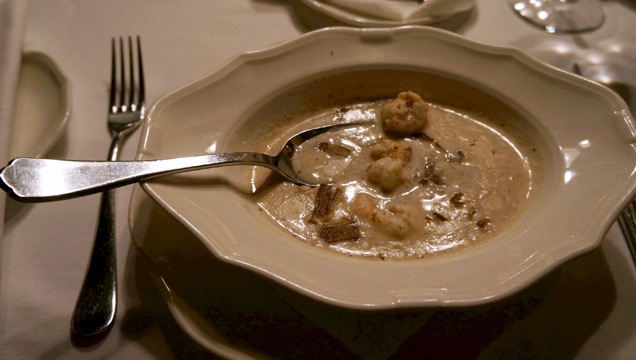 supa od badema sa škampima i belim tartufima