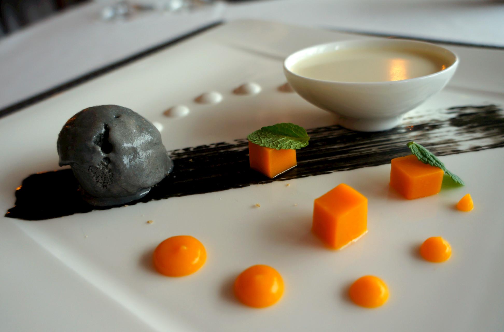 sladoled od crnog susama, panakota od kokosa i žele od manga