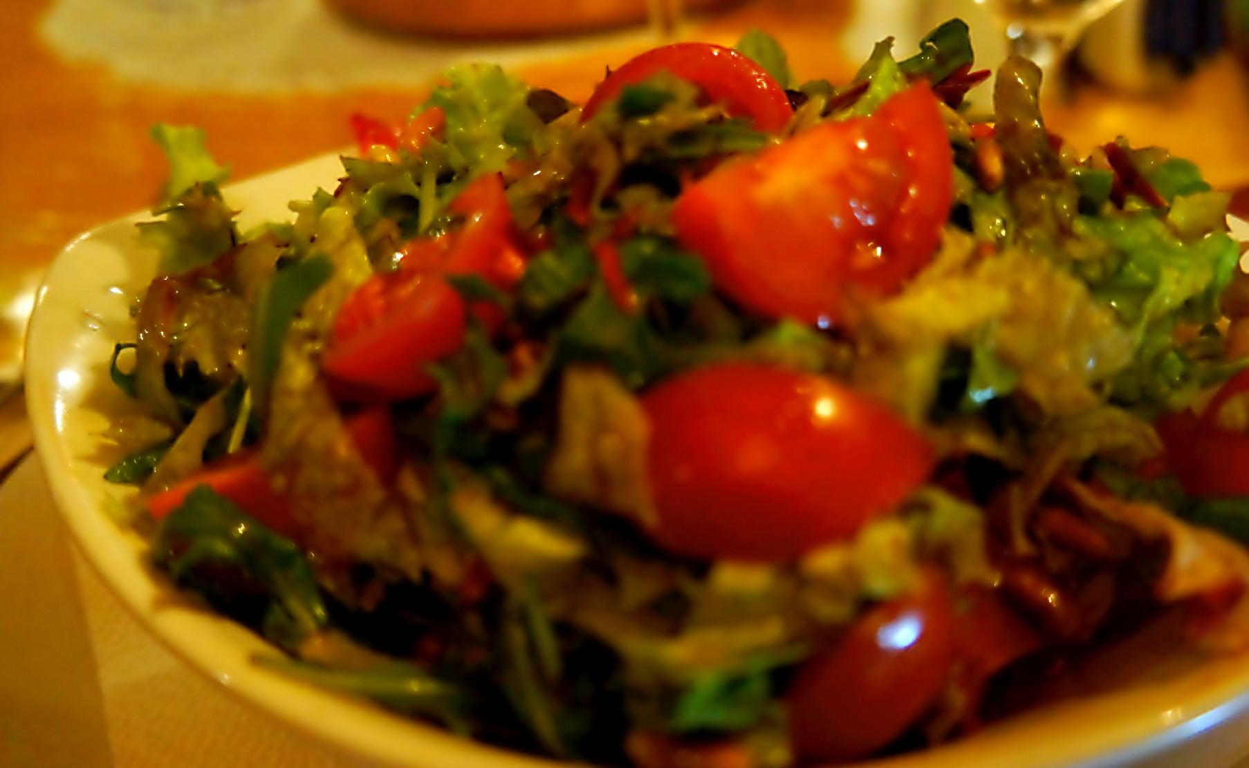 mešavina zelenih salata sa čeri paradajzom i pinjolama
