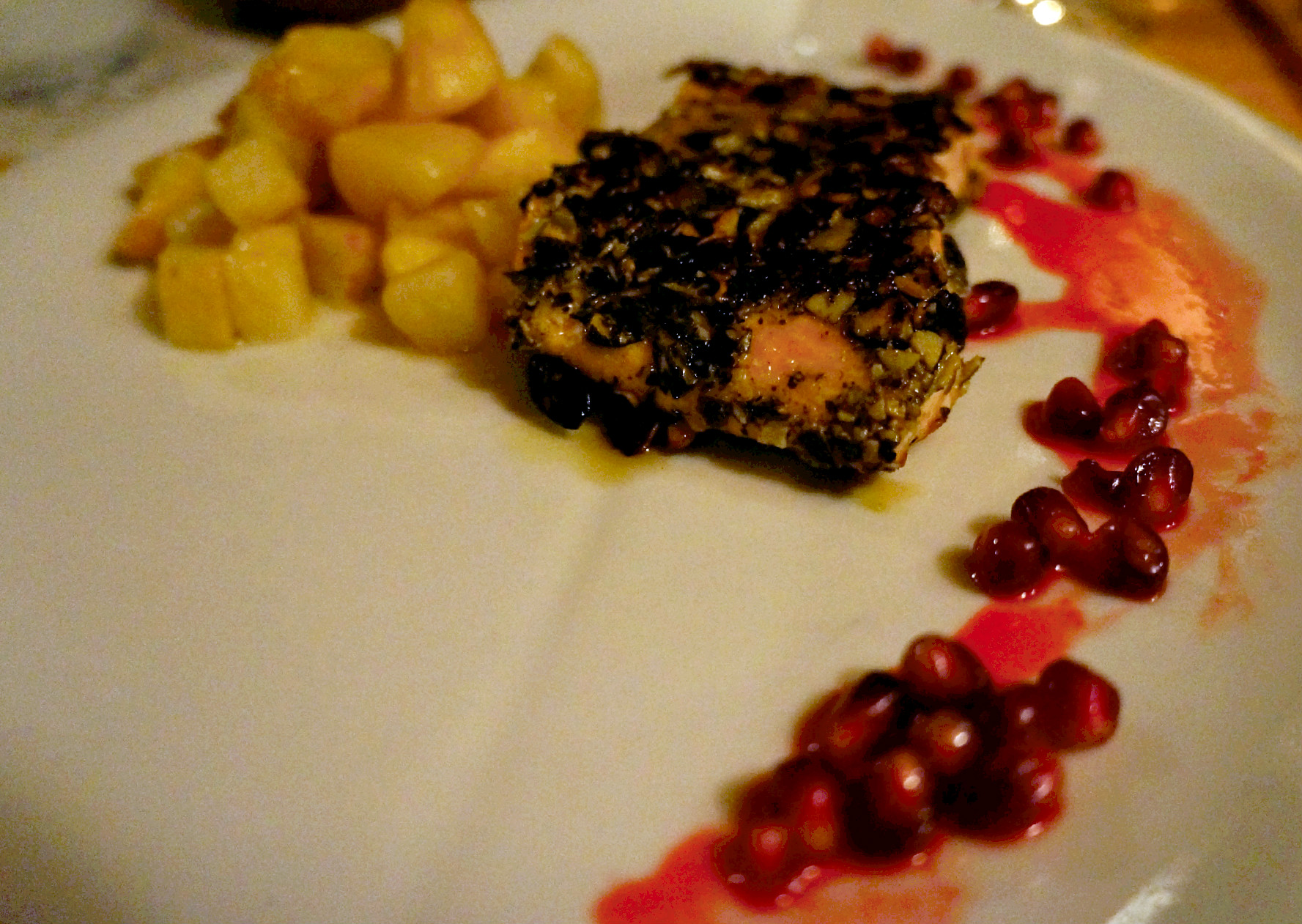 file lososa pržen na golici, jabuka i celer, sos od nara