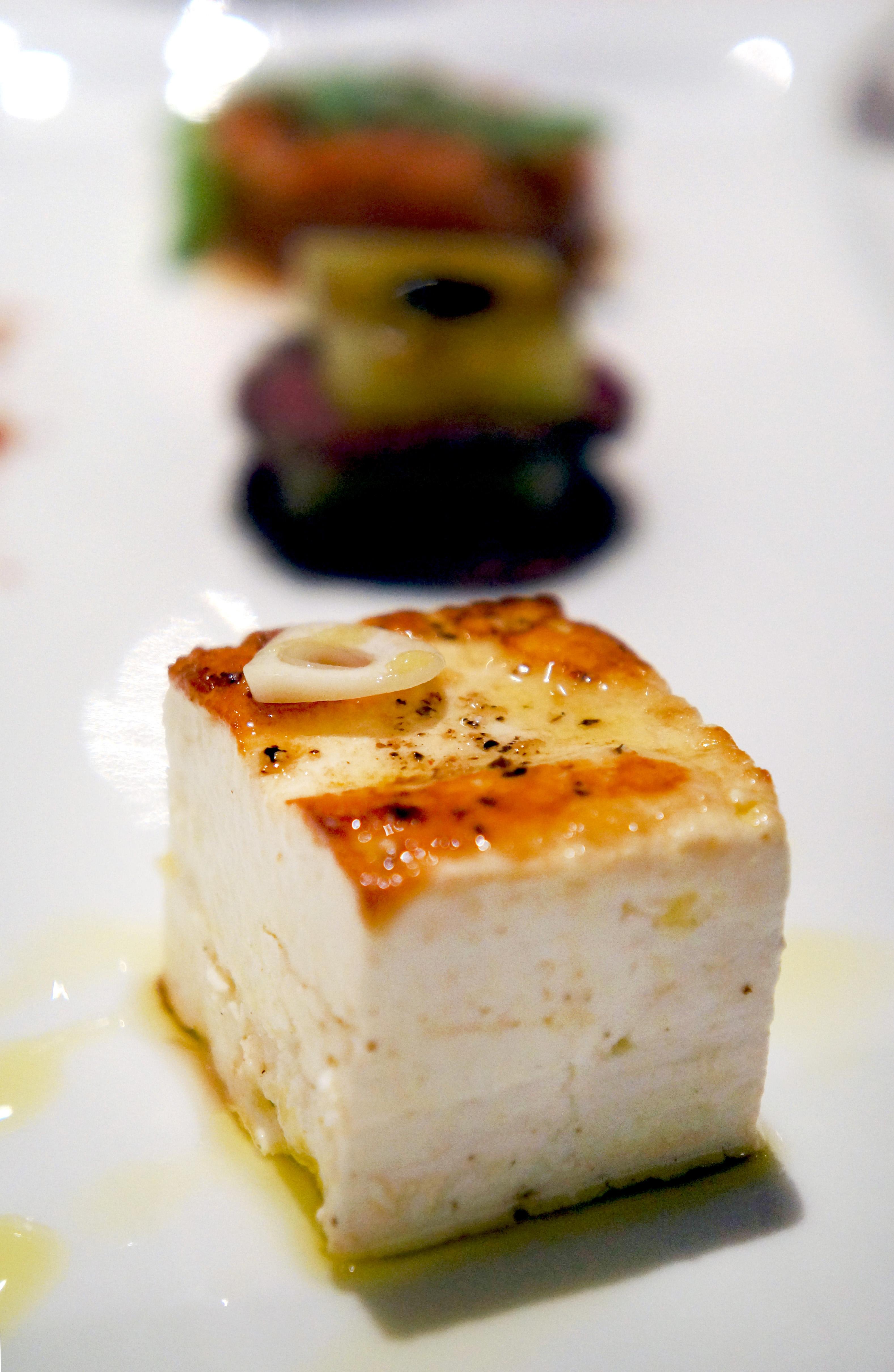 grilovani kozji sir, goveđi karpaćo sa sorbeom od dinje i tatar od paradajza