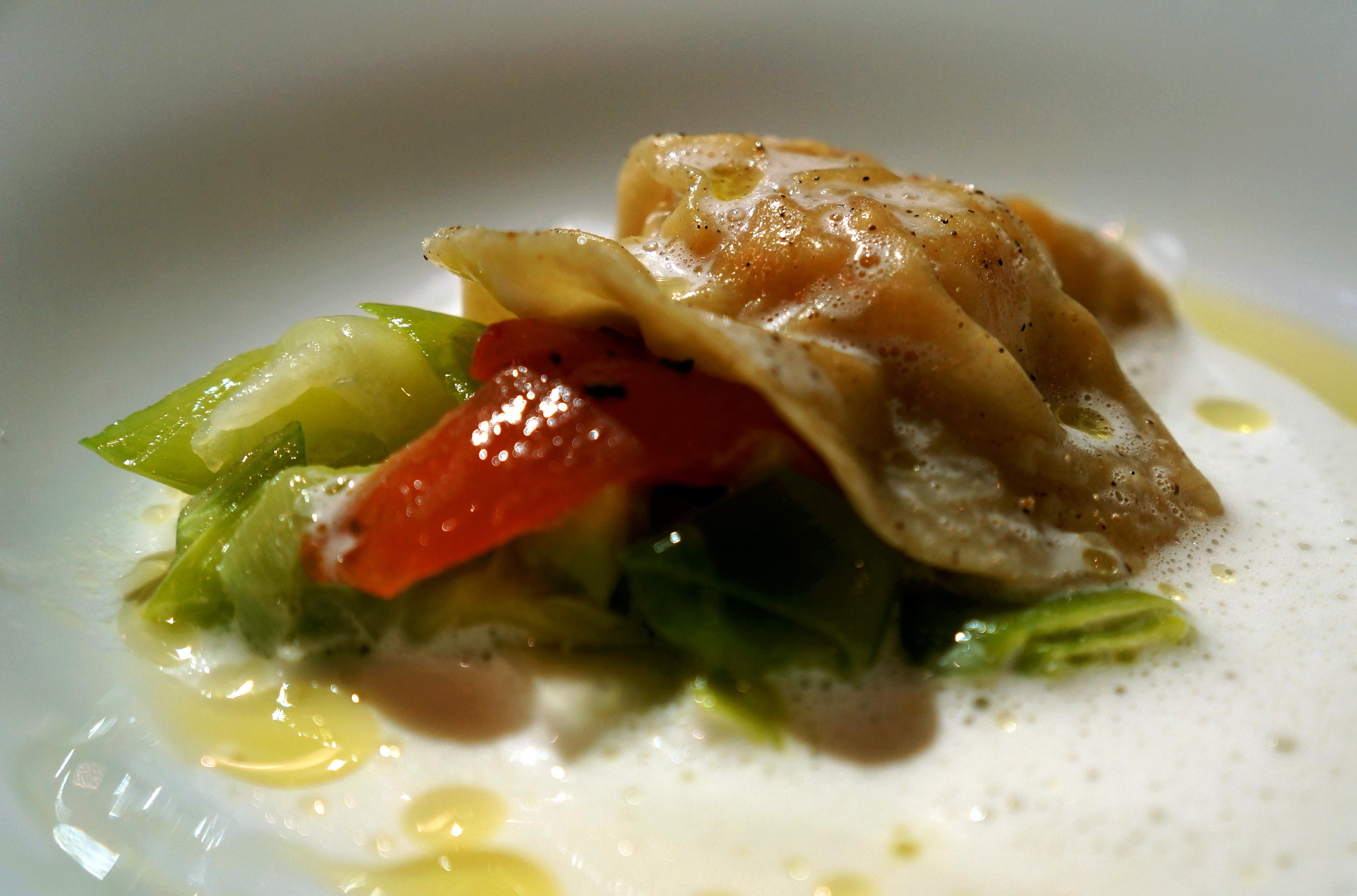 blanširani domaći ravioli pujeni mesom jastoga, pena od parmezana