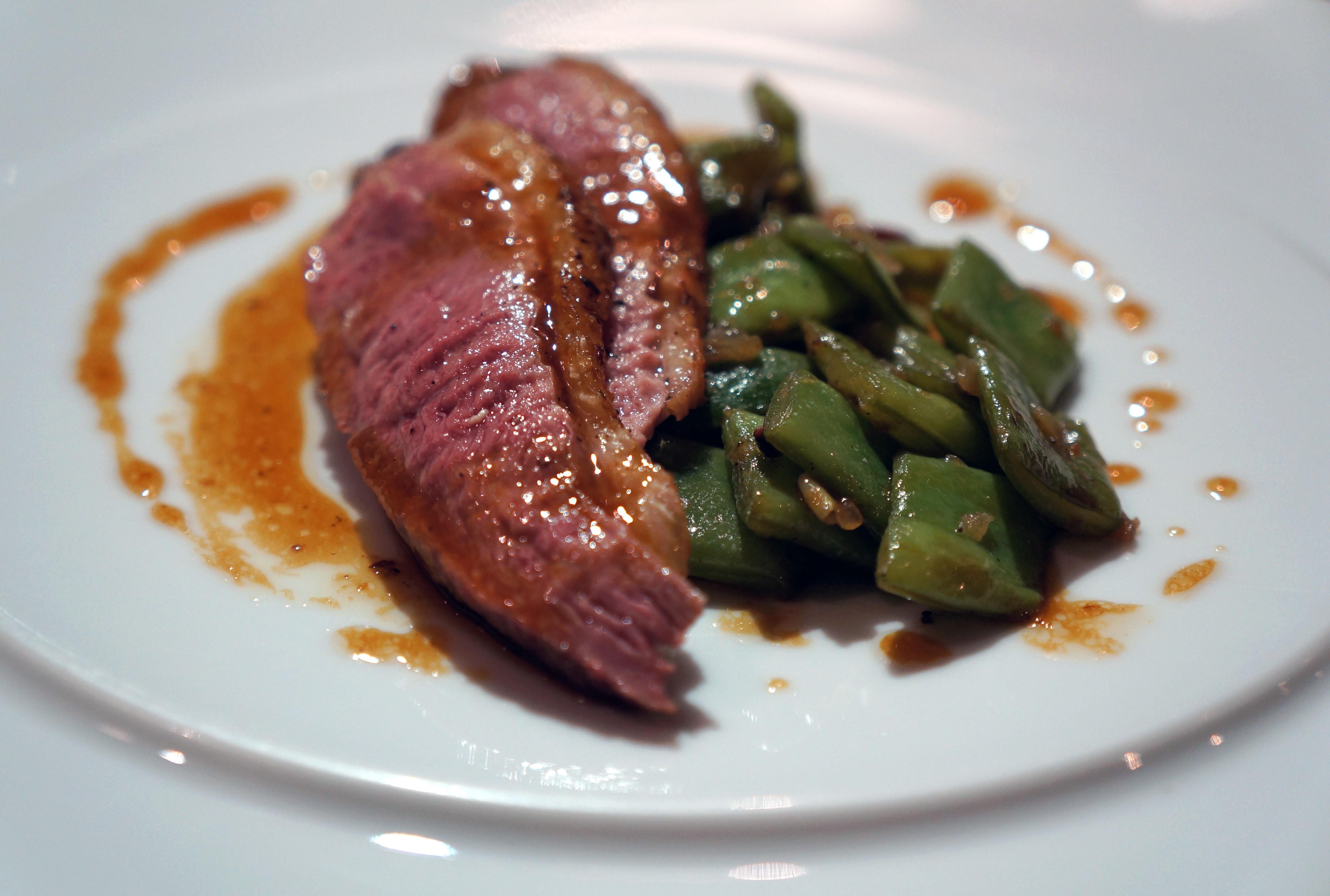 pačji file preliven sopstvenim sosom, blanširana zelena boranija, pinjole