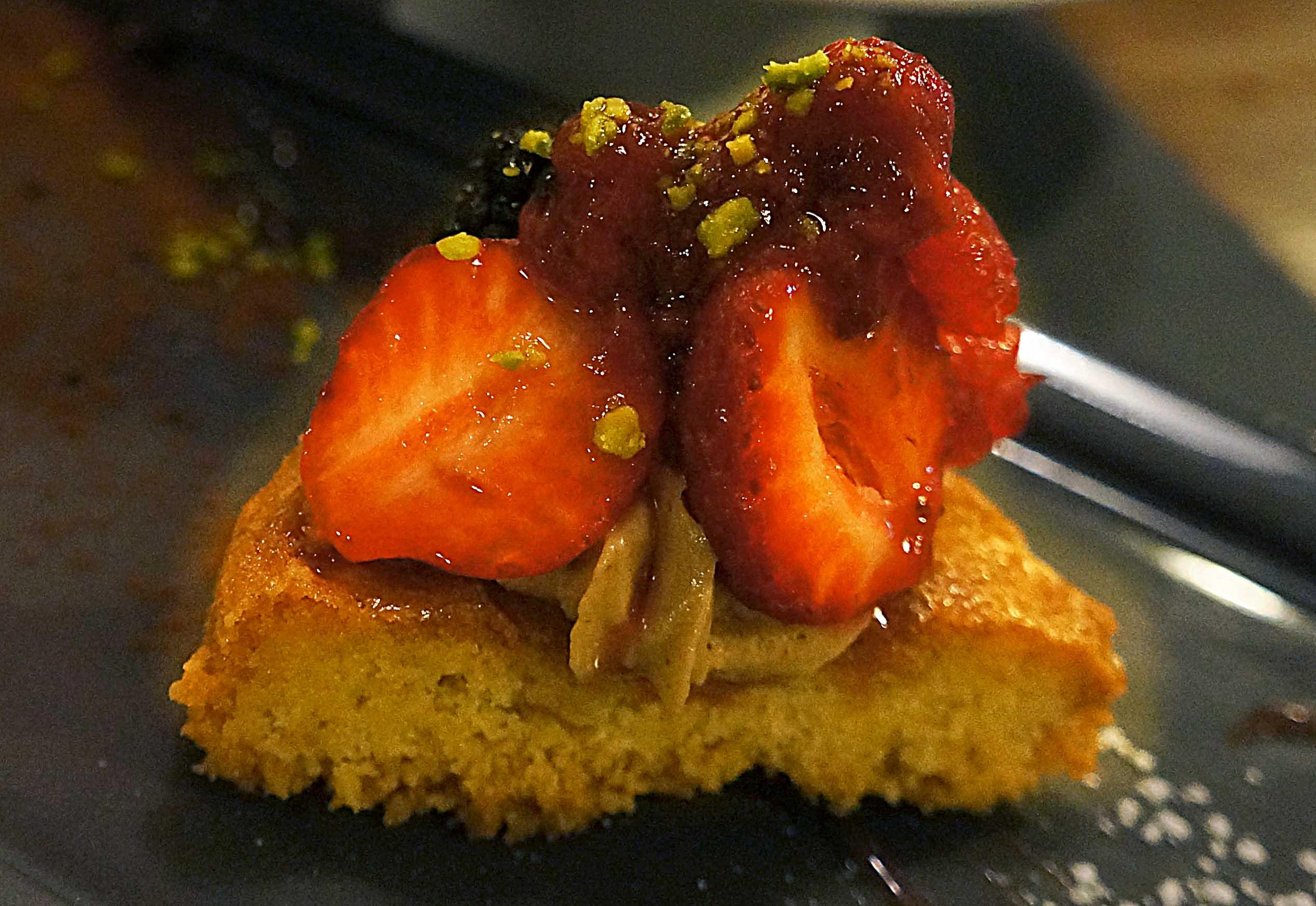 kolač sa crvenim voćem