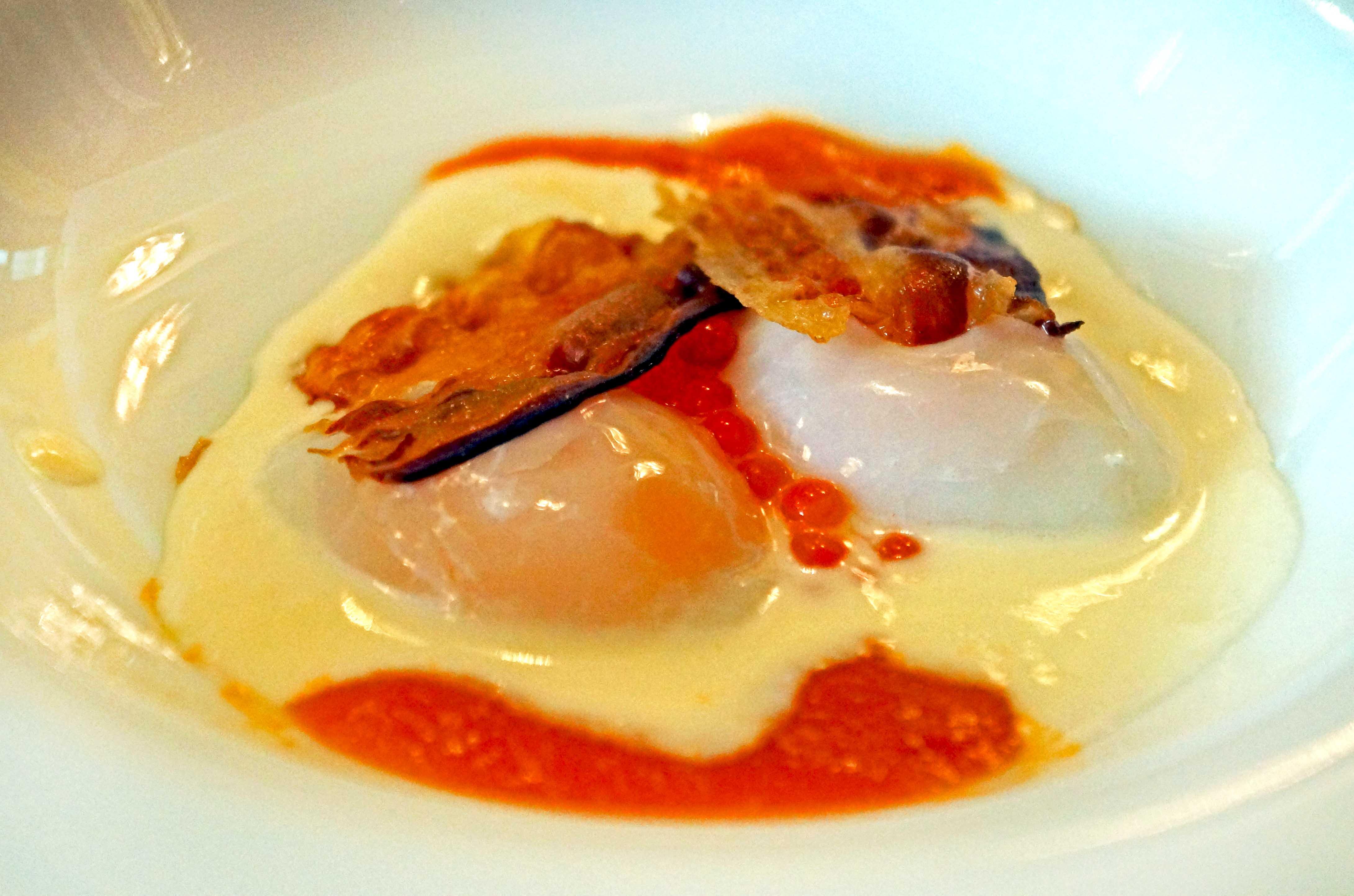 prepeličja jaja, umak od sira i paradajza, lososov kavijar, slanina