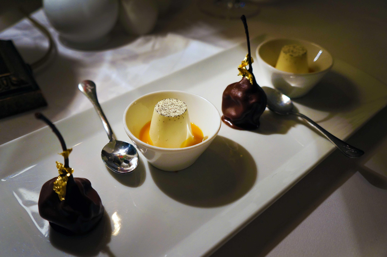 savršena kruška u čokoladi i mini panakota u sosu od mandarine